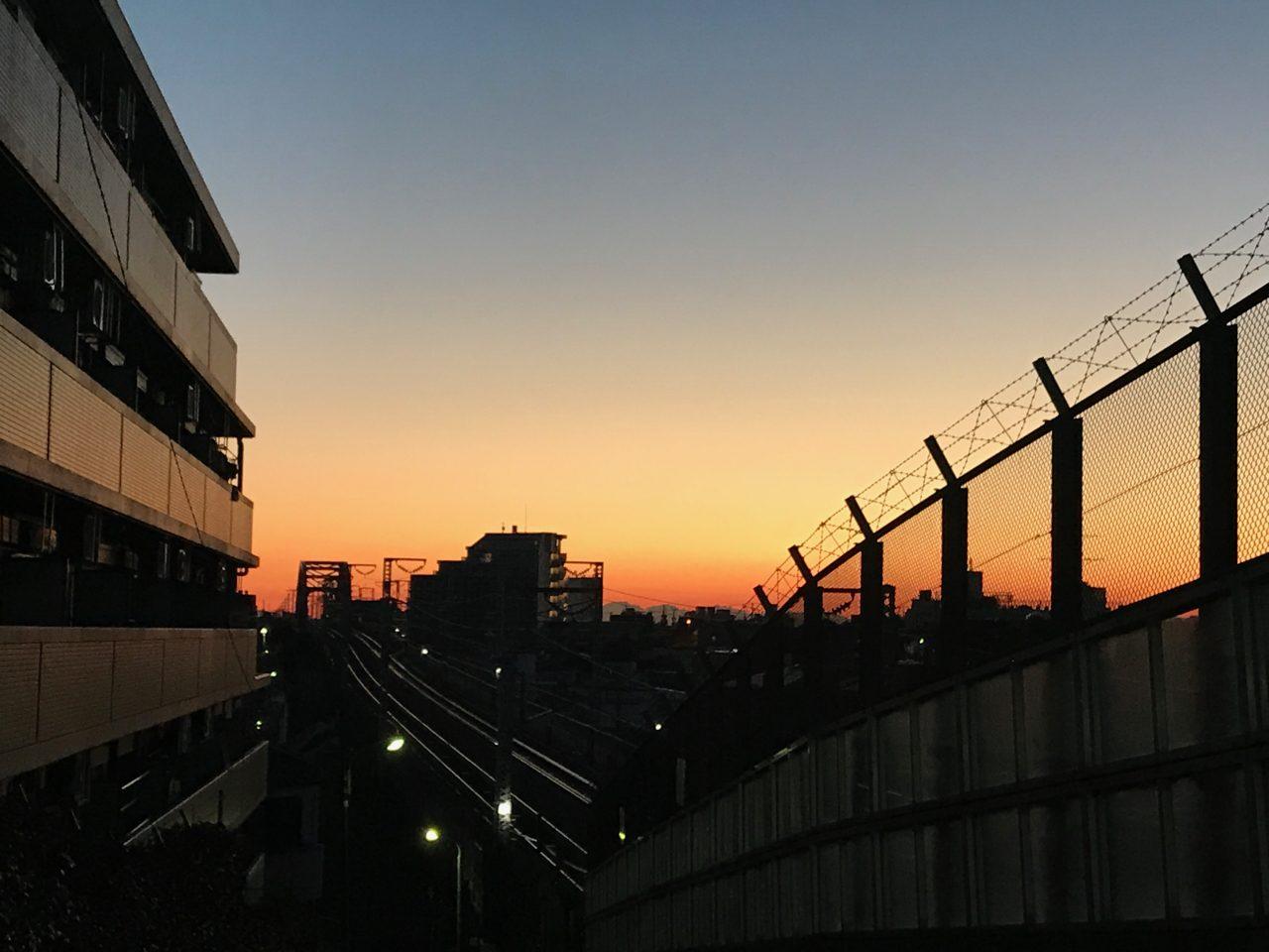 夜明けの新幹線